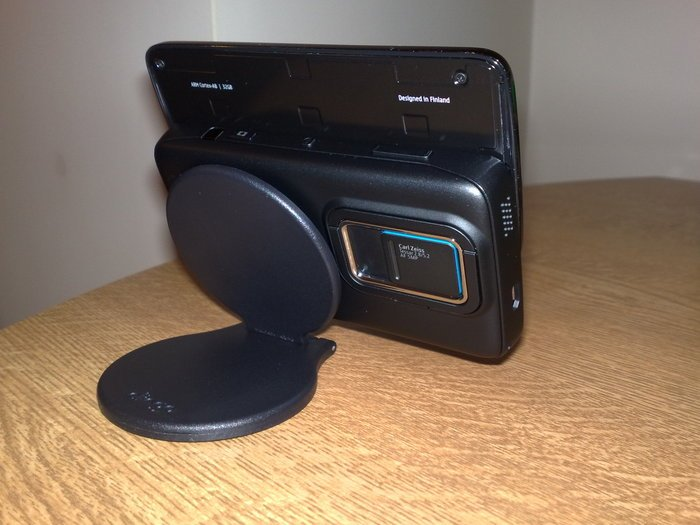 The Clingo Universal Mobile Stand supporting an N900