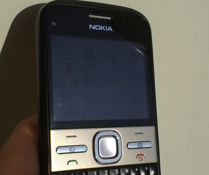 Nokia E5 in the sun