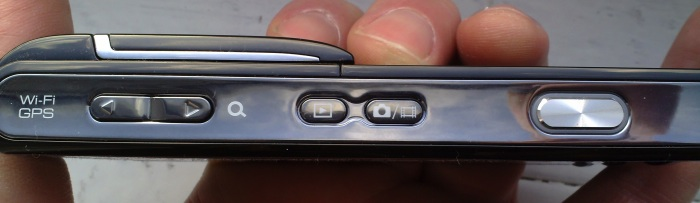 Sony Ericsson Satio - right hand buttons